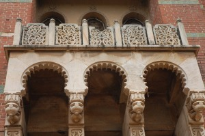 Details of the intricate carving on an university building. Copyright: Poulomi Das