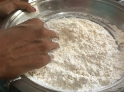Knead the flour to the right amount